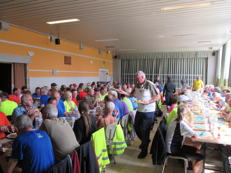 120 wandelaars nemen middagmaal in Parochiehuis Onkerzele